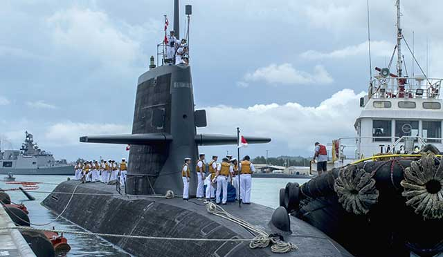 Japanese-submarine-hit-a-ship,-there-is-serious-damage